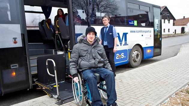 SPECIÁLNÍ VÝTAH  v nových autobusech ČSAD Jindřichův Hradec umožňuje snadný nástup a výstup imobilních občanů. Autobusy budou jezdit na trase J. Hradec – Č. Budějovice.