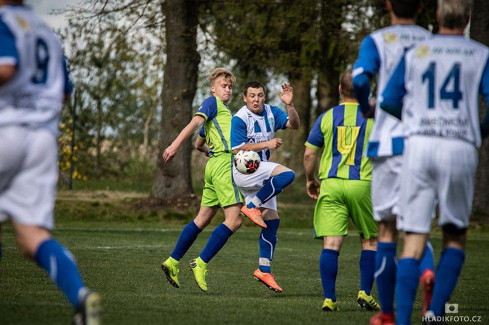 Velmi důležité vítězství nad Strmilovem (4:2)  vybojovali v 19. kole OP fotbalisté Plavska (v modrobílých dresech).