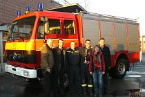 NOVOU POSILU vozového parku si přivezli dačičtí dobrovolní hasiči ze švýcarské partnerské obce Urtenen-Schönbühl. Na snímku jsou místostarosta z Dačic Miloš Novák (druhý zleva) a velitel dačických dobrovolných hasičů Vlastimil Švec.
