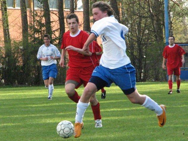 Velký zápas odehrál proti Malšicím suchdolský mladík Petr Vochozka (vpravo). Svůj výborný výkon navíc korunoval gólem, takže i jeho zásluhou utkání  nakonec skončilo remízou 2:2.