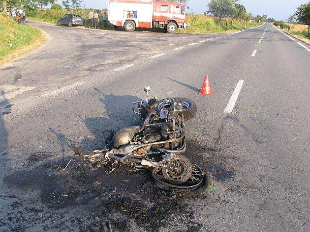 Při srážce motorky s osobním autem u Lužnice se těžce zranil motorkář a stroj začal hořet.