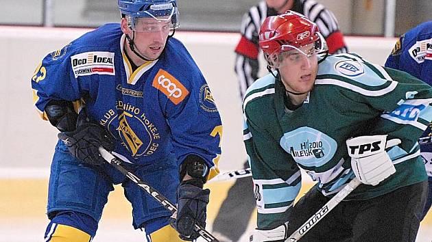 Hokejisté Vajgaru v pátek doma v rámci přípravy přivítají Milevsko. V úvodním duelu na ledě soupeře (na snímku bojuje Ištvánik s Hejnou) vyhrál J. Hradec 7:3.