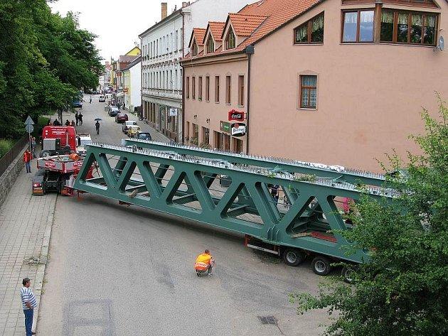 Historický sloup musel ustoupit převozu částí mostu přes České Velenice.