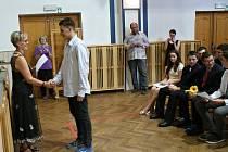 Deváťáci z 1. základní školy v Jindřichově Hradci si převzali vysvědčení den před koncem roku.