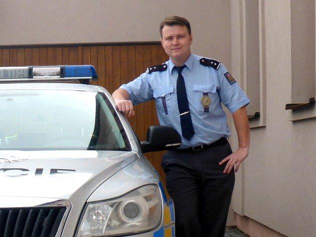 PRAPORČÍK MICHAL BAŠTA z obvodního oddělení policie v Třeboni vloni při pátrací akci zachránil muže, kterého našel v autě. Byl v bezvědomí, tak zahájil resuscitaci, ve které pokračoval až do chvíle, než dorazil vrtulník záchranky.