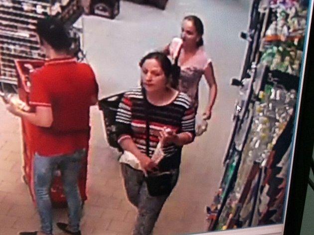 Třeboňští policisté šetří případ krádeže z úterý 11. července v prodejně  Kaufland v Třeboni. Podařilo se jim získat fotografie dvou žen, jejichž  svědectví by zásadně přispělo k objasnění krádeže.