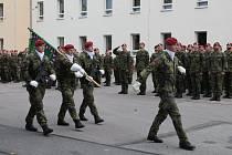 Vojáci v Jindřichově Hradci si slavnostním nástupem připomněli Den ozbrojených sil.