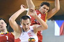 Pivot Tomáš Vošlajer (v bílém) je s 211 cm nejvyšším hráčem kádru Lions.