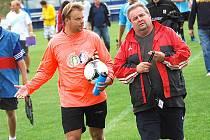 Gólman Třeboně Tomáš Skála (vlevo) a vedoucí mužstva Jan Budějcký.