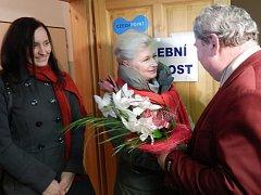 ZUZANA ROITHOVÁ byla potěšená, že u voličů ve Dvorech nad Lužnicí, kde má trvalé bydliště, vyhrála. Na snímku ji zdraví starosta obce František Macho.