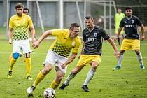 Divizní výhru hradeckých fotbalistů v Chebu trefil středopolař Jaroslav Cech (s míčem).