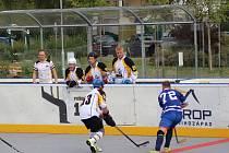 Domácí hokejbalisté (světlé dresy) skončili v turnaji čtvrtí.