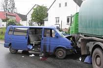 Srážka dodávky s nákladním autem v České Olešné si vyžádala dva zraněné.