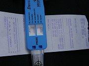 Pohled na jednorázový tester na drogy. Ilustrační foto.