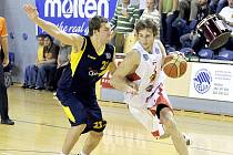 Michal Fröhde (vpravo) v duelu s Opavou.
