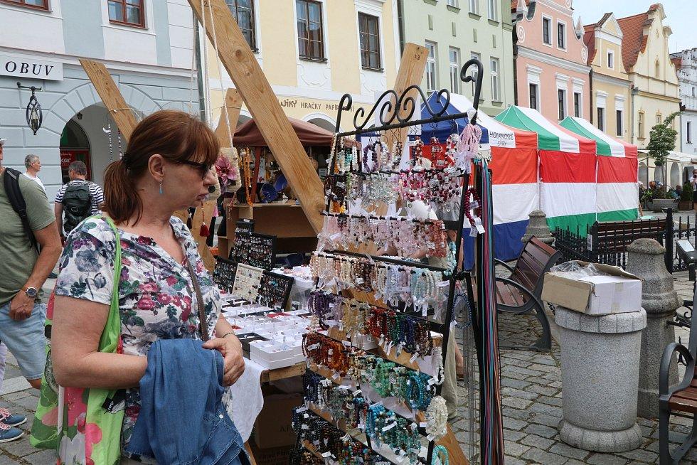 Trhy na náměstí v Třeboni navštěvují tisíce lidí z blízkého i širokého okolí.