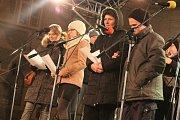 Jindřichohradecké náměstí Míru se zaplnilo lidmi, kteří si přišli zazpívat sedm koled a vánočních písní.