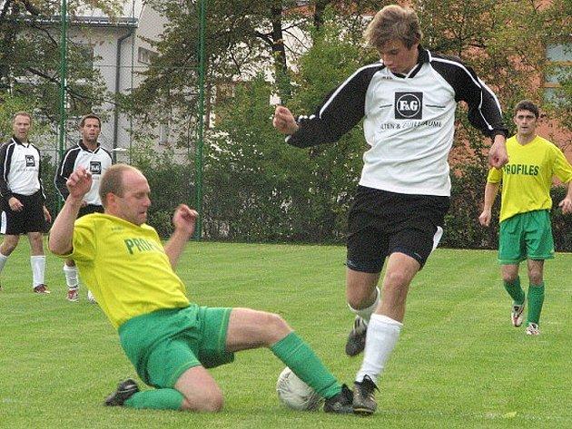Na snímku z tohoto zápasu zastavuje číměřský Josef Ivan  (vlevo) domácího  Petra Vochozku.