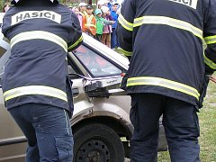 Vyprošťování zraněného. Ilustrační foto.