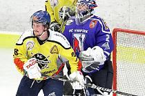 Hokejisté Velké Radouně prohráli na domácím ledě s Vimperkem 4:5, a tak o postupu do finále play off krajské ligy musí rozhodnout až středeční třetí duel. Na snímku cloní radouňský Lukáš Beránek gólmanovi Michalu Zemanovi.