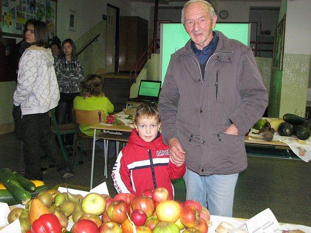 Výstava ovoce a zeleniny ve 3. základní škole v J. Hradci. Ladislav Zahradník podívat se svým vnukem.