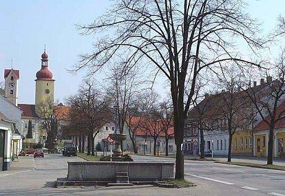 Kašna, která je nyní ve Stráži nad Nežárkou, stávala kdysi v Lomnici nad Lužnicí.