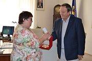 Zástupci vedení města poděkovali paní ředitelce za její práci.