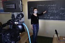 Učitelé na 3. ZŠ v Jindřichově Hradci pro děti natáčí výuková videa.