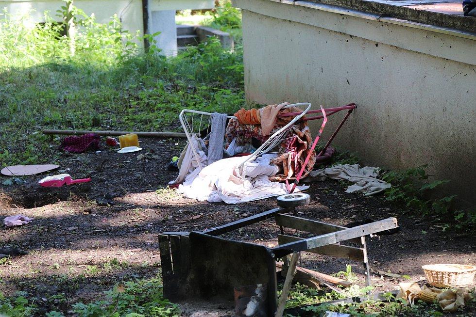 Policejní páska u chaty v chatové oblasti u rybníka Dvořiště na Lomnicku je stále němým svědkem středečního večerního zásahu policie, při kterém byl zastřelený pachatel.