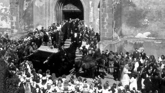 Dne 5. května 1945 vyhasly v Panské ulici životy pěti lidí. První poválečnou manifestací obyvatel města se 10. května stal jejich pohřeb v proboštském kostele Nanebevzetí Panny Marie.