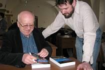 Včera podepisoval v konferenčním sále Muzea Jindřichohradecka knižní novinku Komplikovaná proměna její autor Jan Solpera (na snímku vlevo).