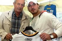 Jednou z hlavních hvězd sestavy odchovanců hokejového Vajgaru bude reprezentační  útočník Aleš Kotalík (na snímku s jindřichohradeckým starostou Karlem Matouškem), který v minulých dnech podepsal v NHL tříletou smlouvu se slavnými New York Rangers.