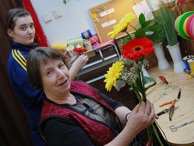 Květiny potěší zcela určitě každou ženu. Květinářky v Jindřichově Hradci byly připraveny na sobotní nápor.