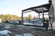 Pohled na vyhořelý objekt piy u Cikaru na Kardašovořečicku.