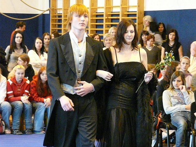 MÓDNÍ PŘEHLÍDKA. Studentky třeboňské SOŠ a SOU předvedly i své  modely, které vytvořily ve škole.