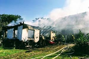 Škodu za dva miliony korun si vyžádal požár autodílny v Pleších na Jindřichohradecku. Včasným zásahem hasičů se podařilo uchránit přilehlou stodolu ve stejné hodnotě.