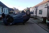 Kuriózní nehoda se stala v Jindřichově Hradci ve Zbuzanech, kde v poměrně úzké silnici auto skončilo na střeše.