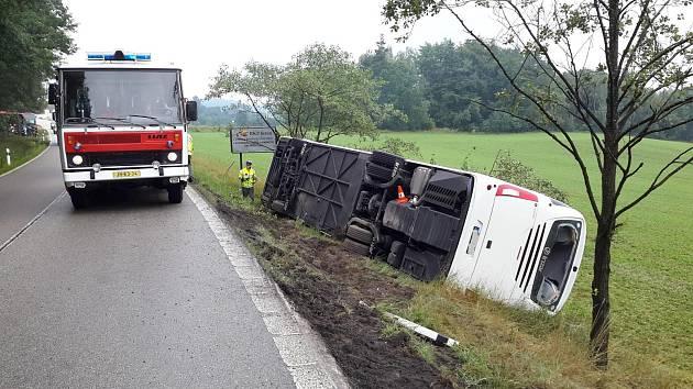 U Horního Bolíkova na Jindřichohradecku boural zájezdový autobus.