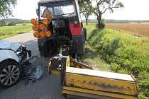 U Dačic bourala řidička osobního vozidla do traktoru.