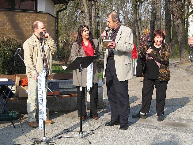 Čtení z bible na jindřichohradeckém Masarykově náměstí.