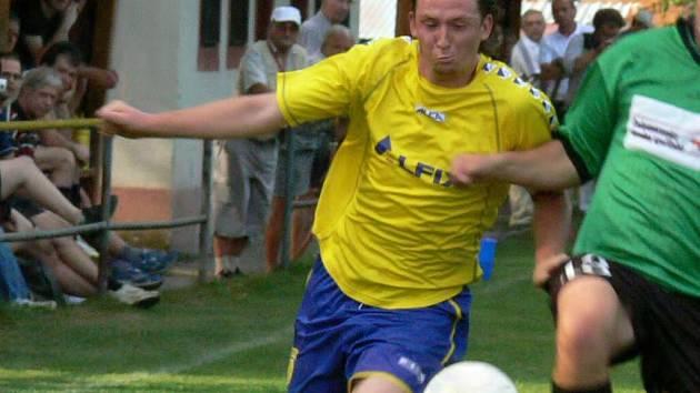 Kapitán fotbalistů Kardašovy Řečice Tomáš Pražák se výrazně zasadil o konečnou remízu svého celku v zápase se Ševětínem 3:3. Jindy útočník netradičně nastoupil na místě stopera a k dělbě bodů přispěl dvěma přesnými zásahy.