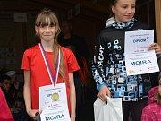 Aneta Novotná (vlevo) zvítězila ve Skalnici v kategorii žákyň B.