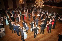 Polku, waltz, jive a další tance předváděli mladí tanečníci v sále jindřichohradecké Střelnice při prodlouženém večeru.