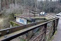Most přes Nežárku u Líšného dvora v Jindřichově Hradci. Dnes už zde slouží pouze lávka.