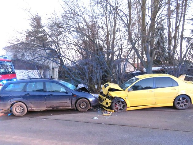 Střet dvou osobních aut ve středu pozdě odpoledne v Domaníně na Třeboňsku měl tragické následky. Řidič fordu na místě zemřel.