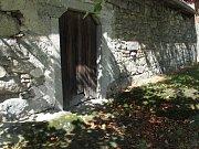 Ještě dnes jsou zde dveře do stáje, kde byl František Macků zavražděn.