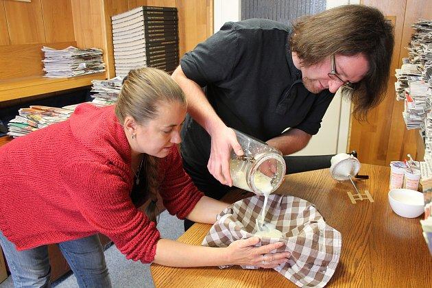 Plátýnko nebo prostá utěrka postačí k oddělení tekutého podmáslí a pevného másla.