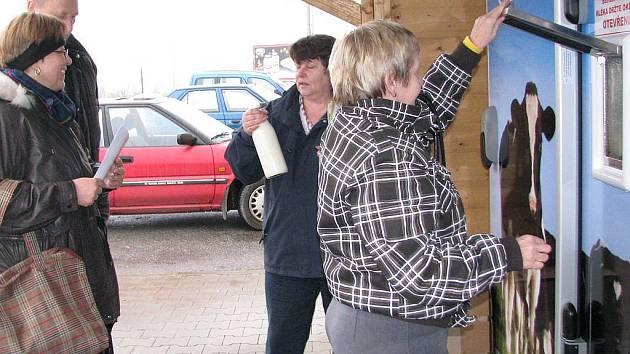 Automat na čerstvé mléko u jindřichohradeckého Kauflandu.