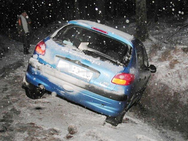 Nehoda v kopci u Kardašovy Řečice. Viník ujel.