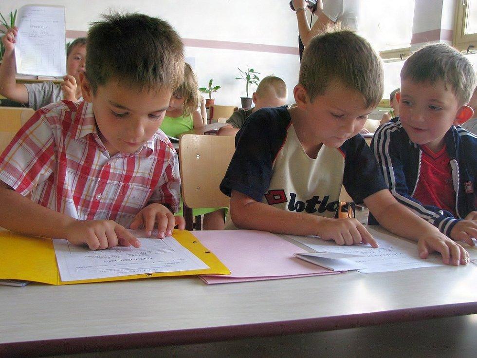 Své  první vysvědčení si prohlížejí v Základní škole v Jarošově nad Nežárkou prvňáci Matyáš Rakušan, Bohumír Hornik a Daniel Svoboda (zleva).